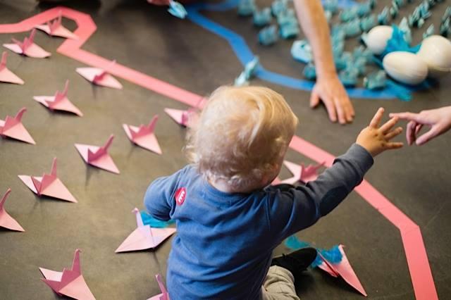 marionnettes et tout petits installation migration origami